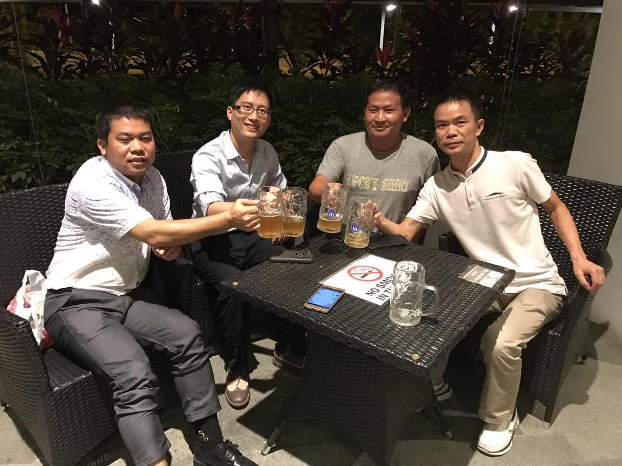 和博士老板组之前的学者们喝酒聊天